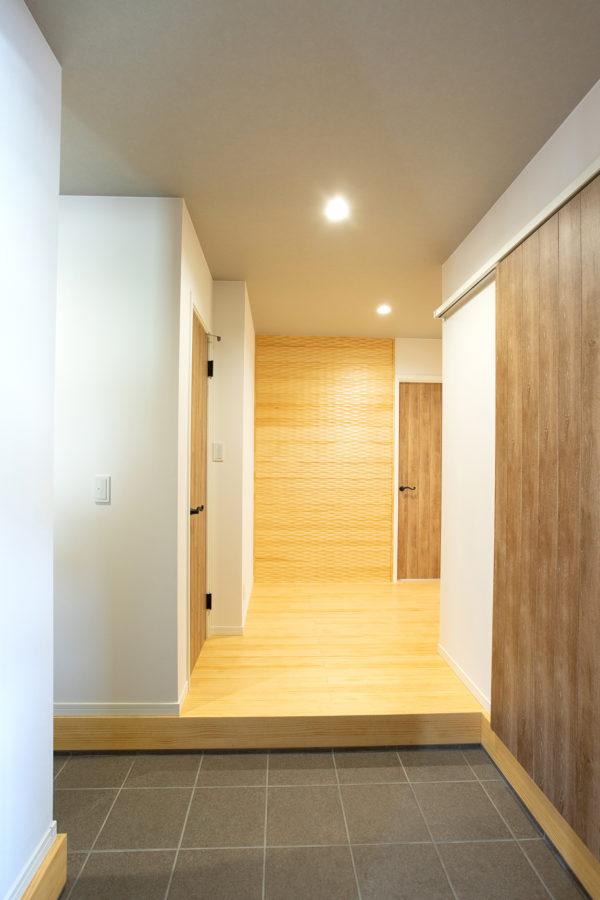 大分市桃園|木製デザインウォールがアクセントになった玄関ホール