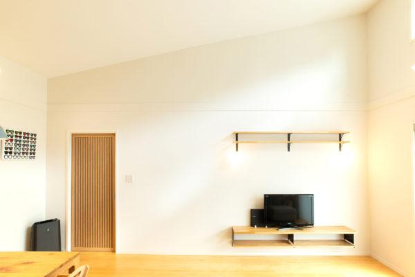 大分市桃園|勾配天井によりとても開放感のある明るいリビング空間。