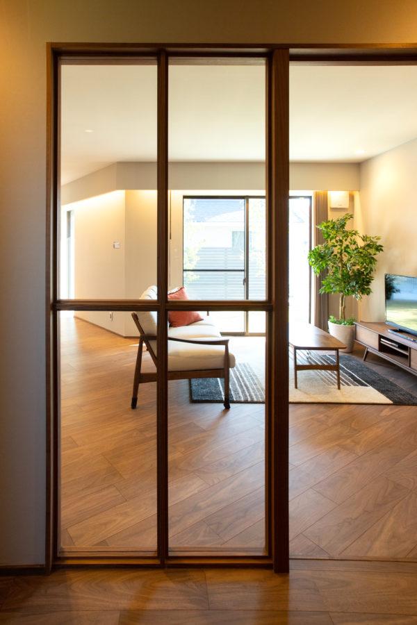豊後高田市来縄|壁の代わりに窓で仕切る。木製フレームの間仕切り窓。